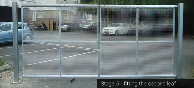 Modular gate installation: Stage 5 - installing the second leaf